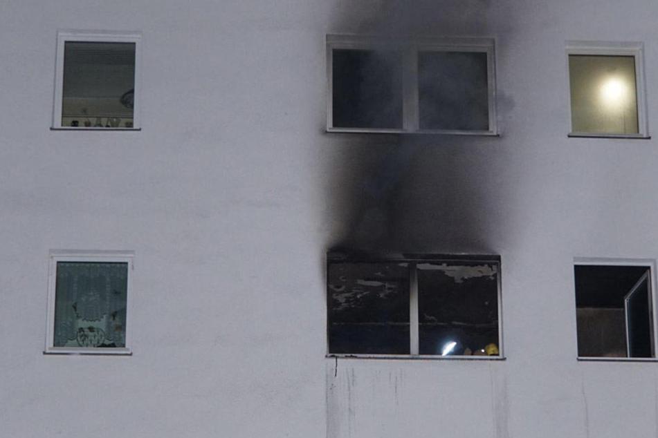Rauch steigt aus der verbannten Wohnung auf. Die Feuerwehr fand dort den toten Mann.