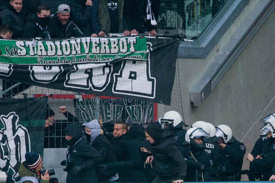 Die Polizei warnt vor Ausschreitungen, wie hier beim Spiel des 1. FC Köln gegen Borussia Mönchengladbach im Januar 2018.