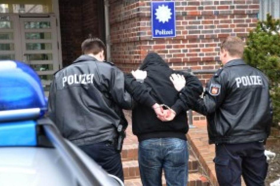 Die Polizei konnte den Mercedes-Fahrer schließlich stoppen und zum Ausnüchtern in die Zelle bringen. (Symbolbild)