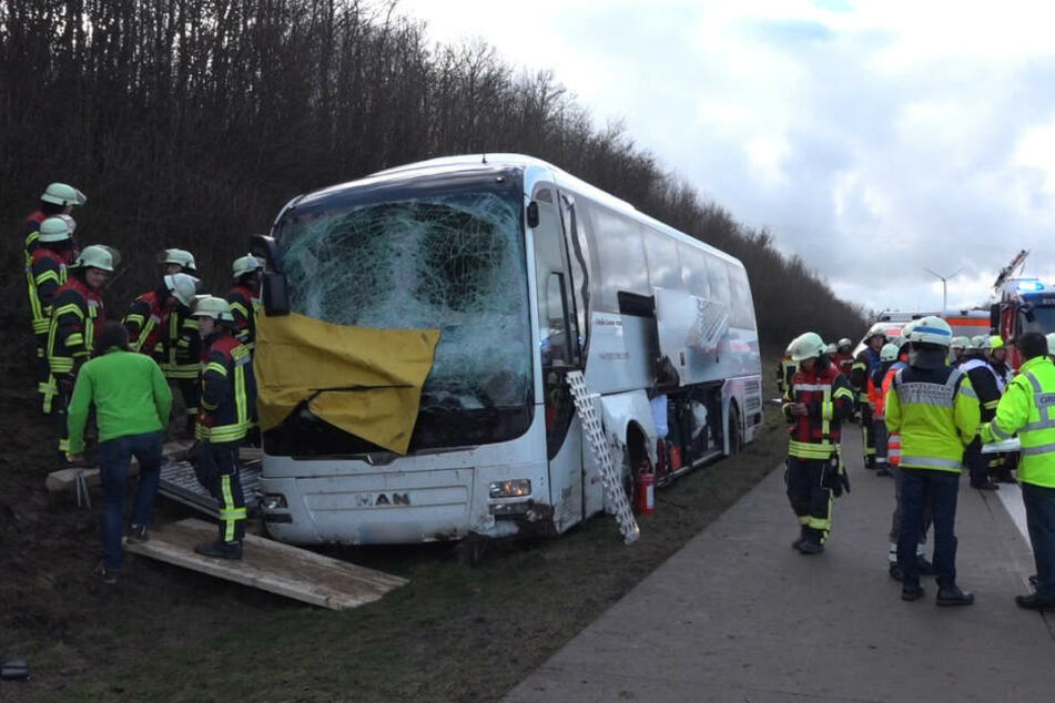 Unklar ist, warum der Bus von der Fahrbahn abkam und gegen ein Schild prallte.