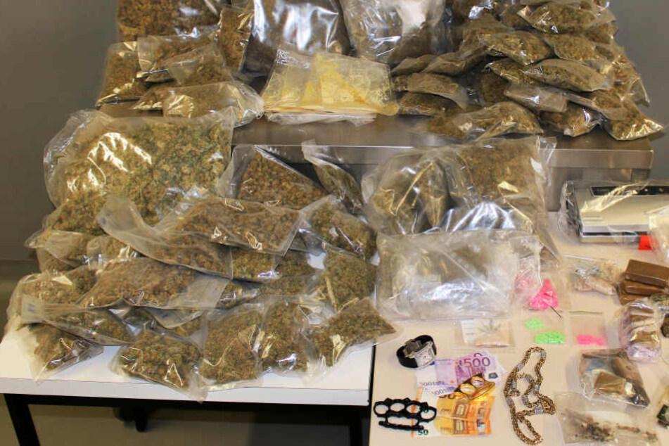 Unterschiedlichste Drogen sowie Waffen und Bargeld wurden sichergestellt.