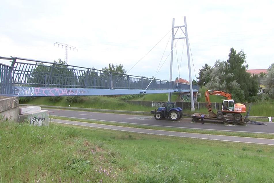 Ein Traktorgespann ist am Freitagmorgen mit der Gremminer Brücke bei Gräfenhainichen kollidiert und hat diese aus der Verankerung gerissen.
