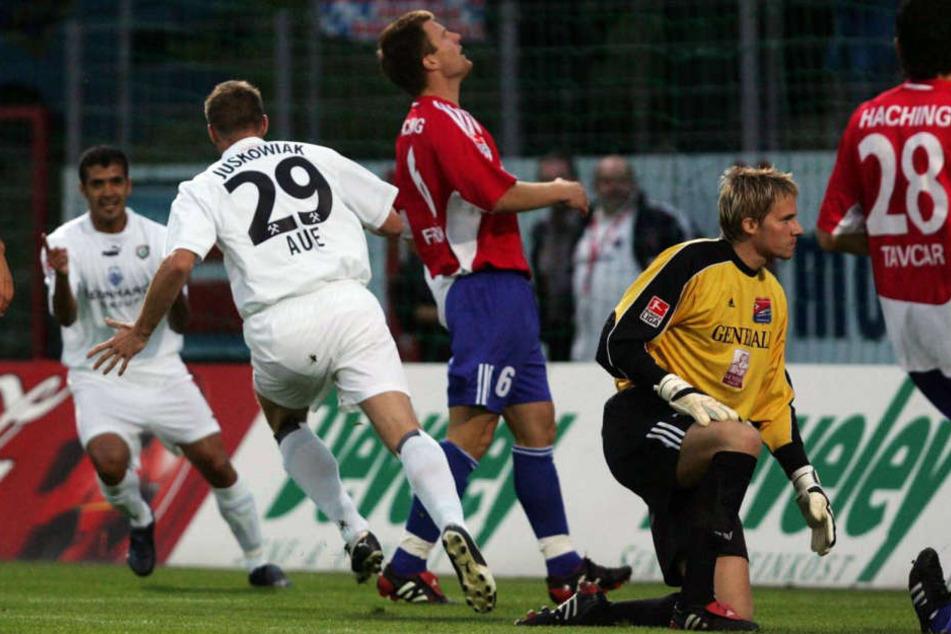 FCE-Rekordtorschütze Andrzej Juskowiak (Nr. 29) dreht jubelnd ab. Soeben hat er den 100. Zweitliga-Treffer der Auer markiert.