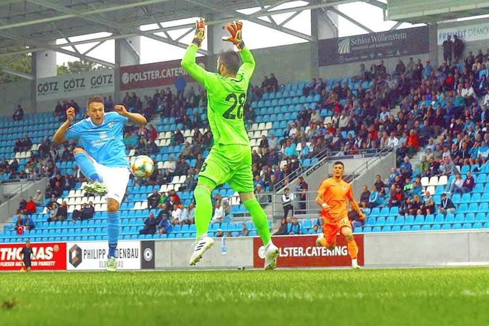 49 Drittliga-Tore hat Daniel Frahn, der hier im Testspiel gegen Alanyaspor an Torhüter Ismail Ünal scheitert, bereits erzielt. Auf die Treffsicherheit ihres neuen Kapitäns bauen die Himmelblauen auch in der Aufstiegssaison.