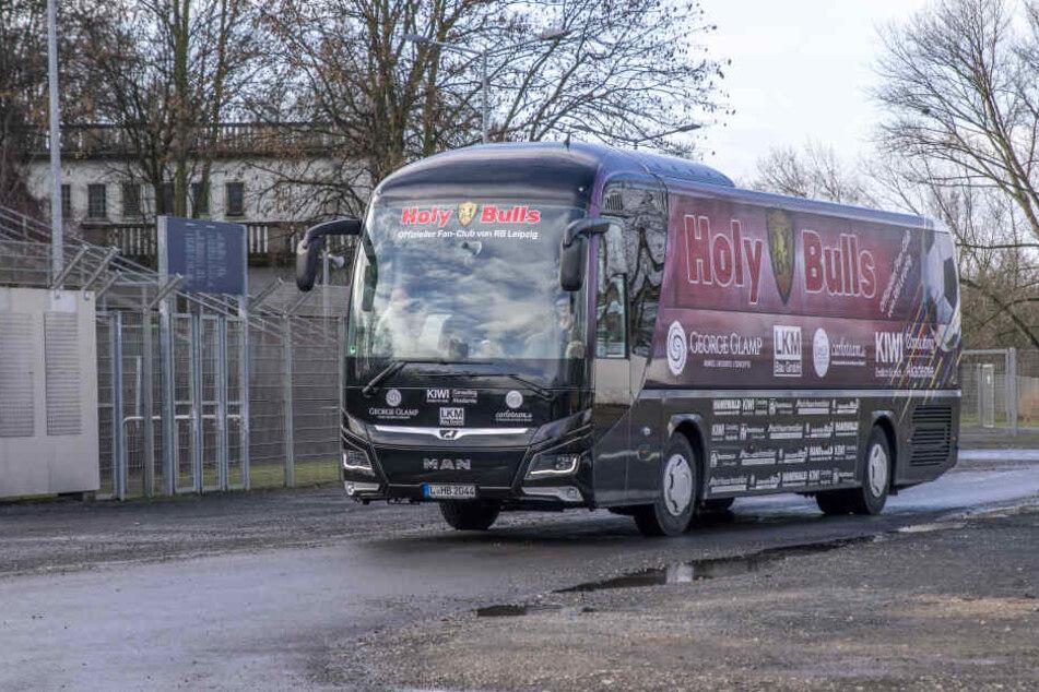 """Die """"Holy Bulls"""" sind heute erstmals mit ihrem eigenen Fanbus zum DFB-Pokal-Spiel zwischen RB Leipzig und Eintracht Frankfurt gestartet."""