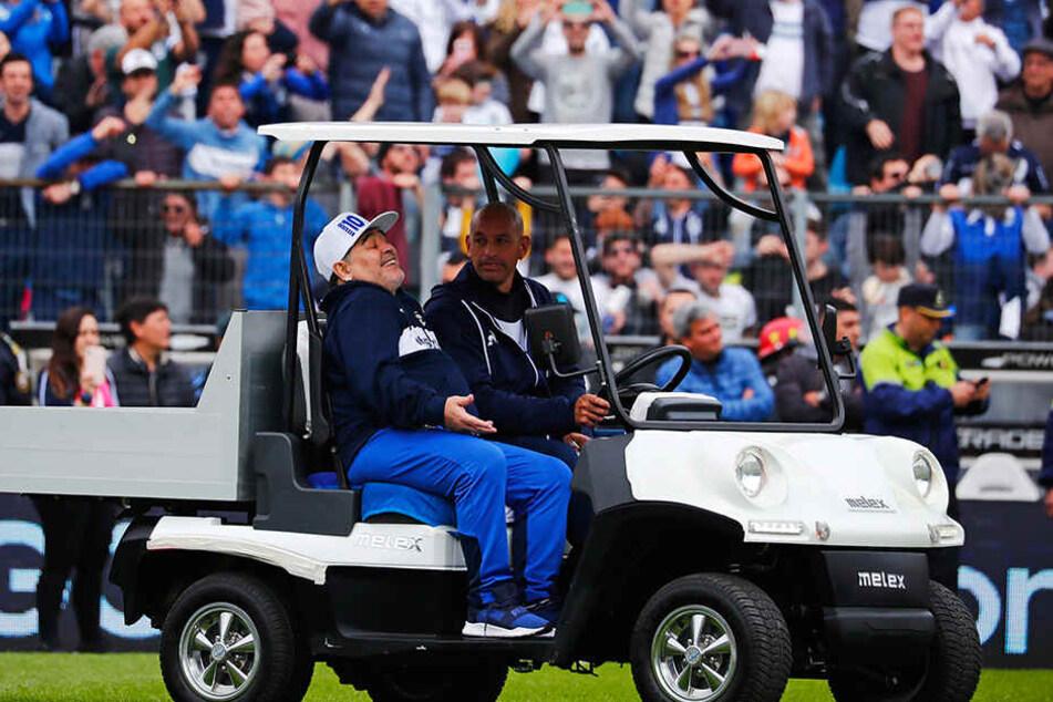 Maradona mit bester Laune im Golfcart. In diesem Stadioen sollen demnächst wieder mehr Pznkte eingefahren werden.