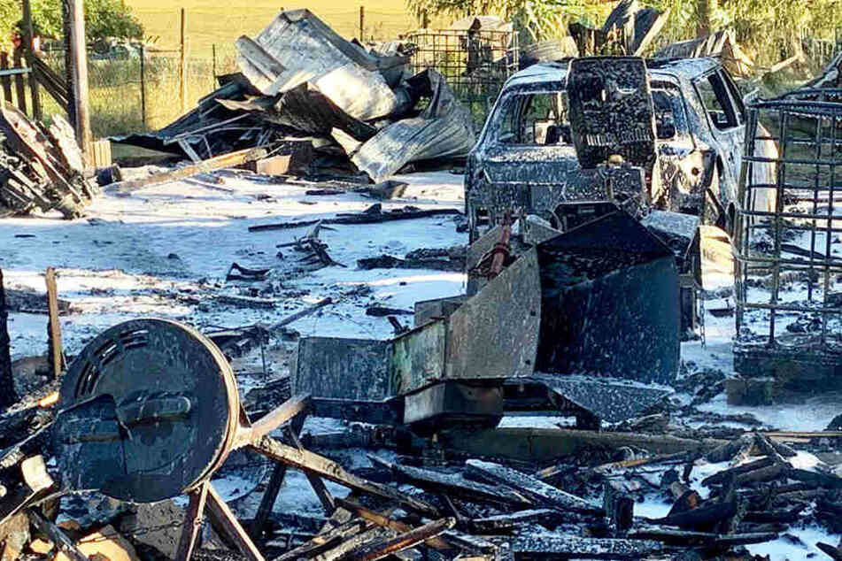 Die Frau, die das Unkraut abbrennen wollte, sorgte für diesen Haufen verbrannter Gegenstände.