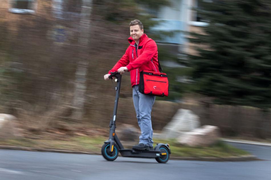 Pflegeteamleiter Nico Lerch (34) düst mit einem E-Roller zu seinen Patienten.