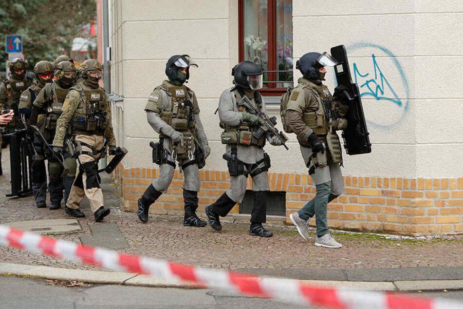 Am Nachmittag stürmte das SEK die Wohnung des mutmaßlichen Messerstechers.