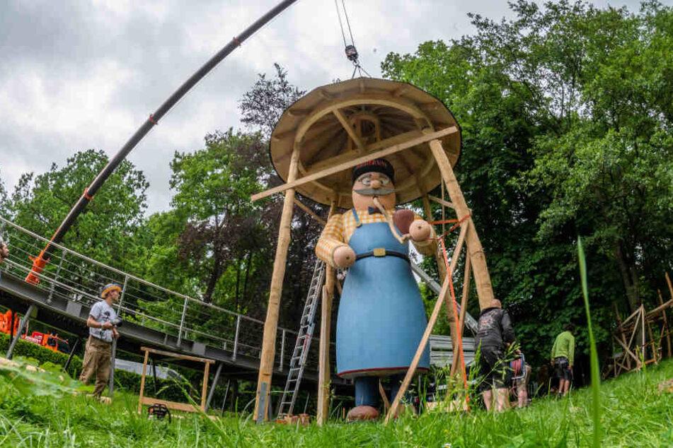 Maskottchen Alvin wacht mit einer Größe von 8,70 Meter über den Pelzmühlenteich.