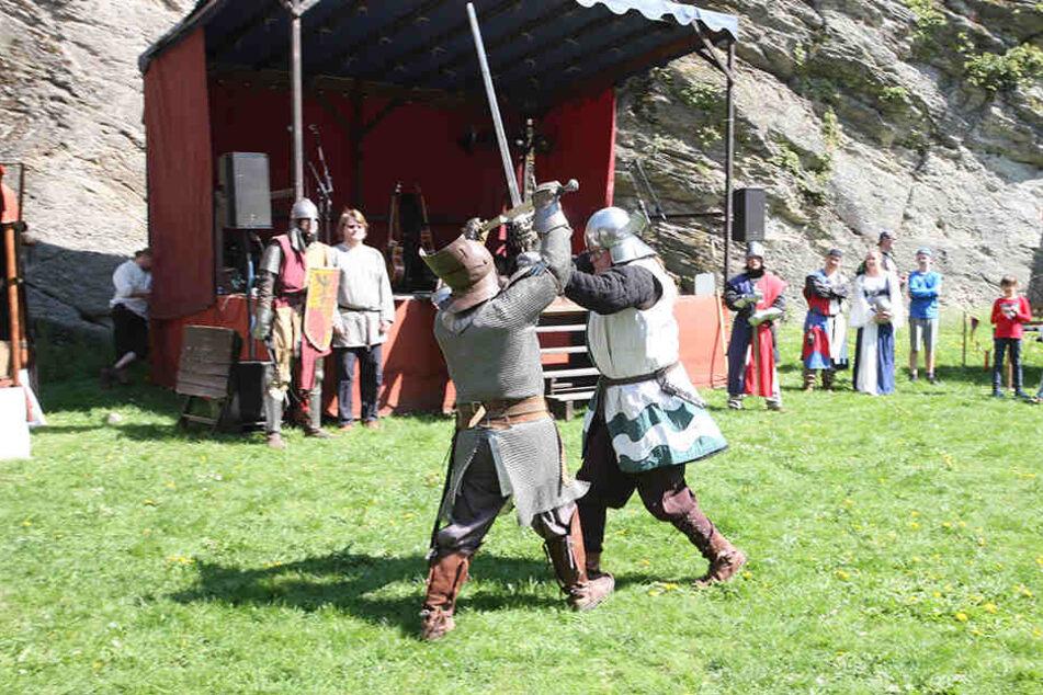 """Kämpfende Ritter: Auch das bietet der """"Thüringer Ritterorden"""" auf dem Gelände der Burg Rabenstein."""