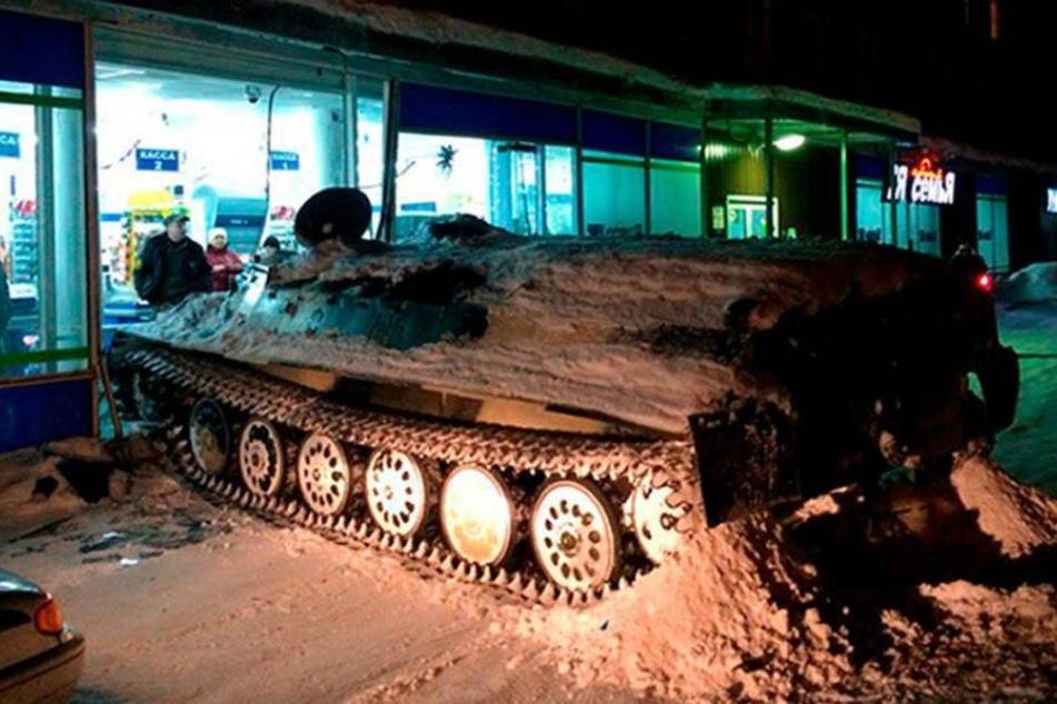 Aus Militär-Fahrschule geklaut! Betrunkener Russe rollt mit Panzer in Supermarkt