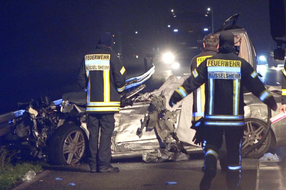 Ein am Unfall beteiligter Mercedes wurde vollkommen zerstört.