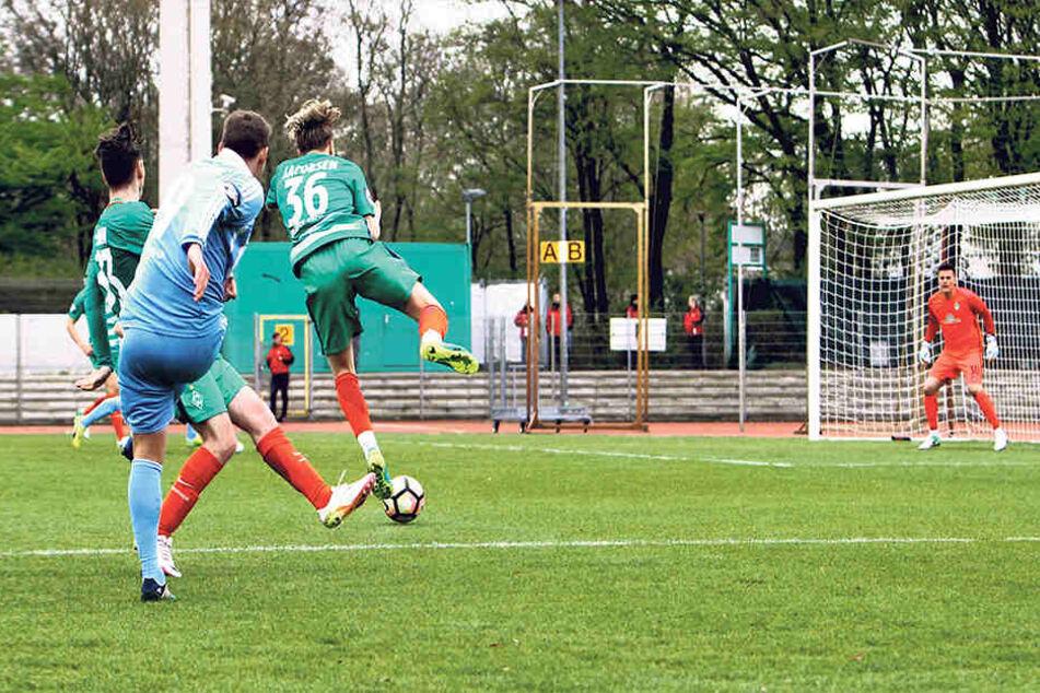 Die triste Atmosphäre auf Platz 11 in Bremen lag dem CFC in den letzten Jahren nicht. In sieben Anläufen gelang erst einmal ein Sieg.Hier schießt Anton Fink aufs Werder-Tor.