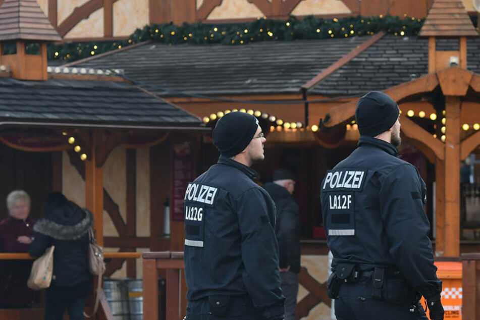 Die Berliner Polizei auf Streife auf einem Berliner Weihnachtsmarkt