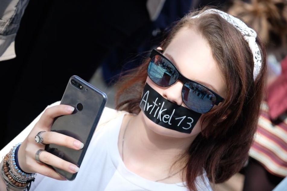 """Teilnehmer einer Demonstration unter dem Motto """"Save the Internet"""" versammeln sich mit Schildern in Jena."""