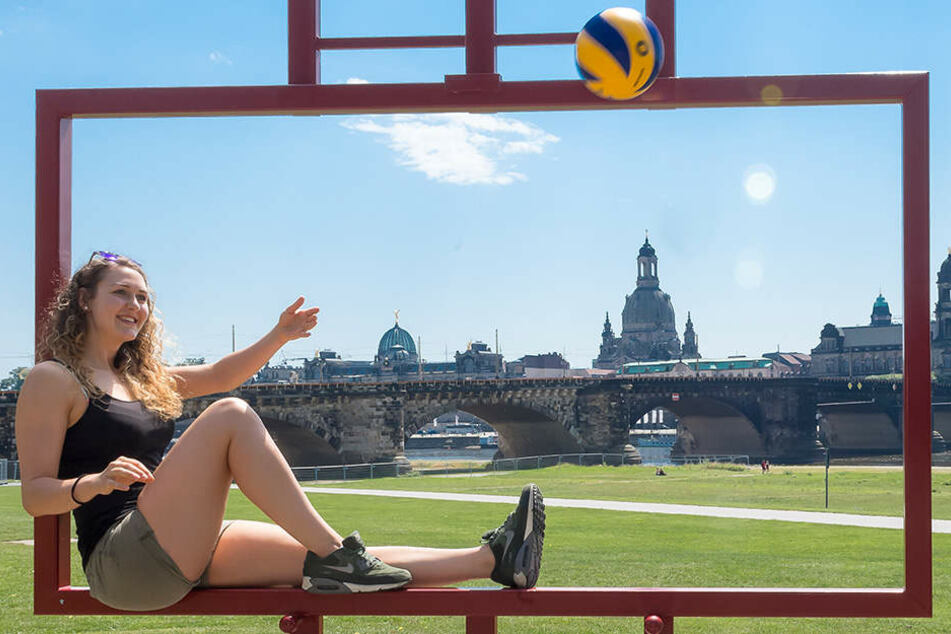 """Volleyballerin Barbara Wezorke am Canaletto-Blick. """"Mit 16 von der Familie und den Freunden weg und ins Internat nach Dresden zu wechseln, war schon auch schwierig. Dresden ist eine wunderschöne Stadt und ich bin jetzt wieder hier."""""""