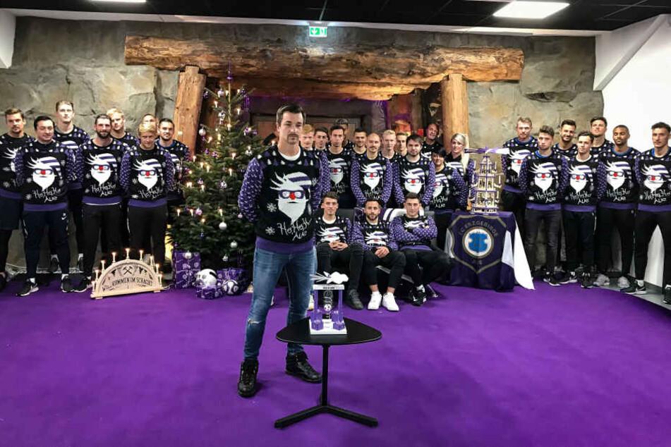 """In ihren """"Ugly Christmas Sweatern"""" hat die Mannschaft Kapitän Martin Männel in vorderste Front gestellt, um ihr Kunstwerk zu präsentieren."""