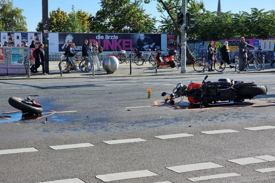 Auf der Warschauer Straße in Berlin knallte es so heftig, dass sich ein Motorradfahrer wohl schwer verletzte.