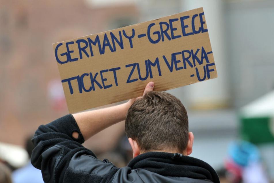 Ticketverkäufer vor dem Stadion suchen nach potentiellen Kunden, die kartenlos sind.