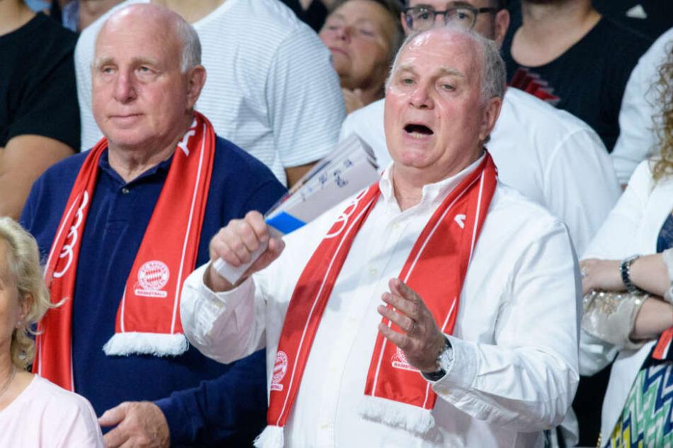 Uli Hoeneß, Vereinspräsident vom FC Bayern (r), zusammen mit seinem Bruder Dieter beim Play-Off Final im Audi Dome.