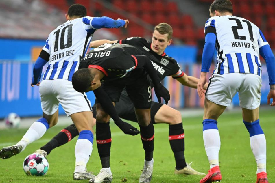 Herthas Matheus Cunha (v.l.n.r.), Leverkusens Leon Bailey und Lars Bender sowie Marvin Plattenhardt in Aktion. Bender hatte in der Nachspielzeit den Siegtreffer auf dem Kopf.