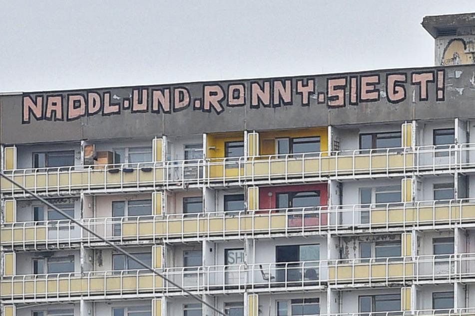 """Der Schriftzug am """"Gammel-Hochhaus"""" ist mittlerweile Kunst."""