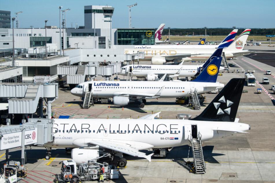 Das Archivbild zeigt Flugzeuge am Flughafen Frankfurt.