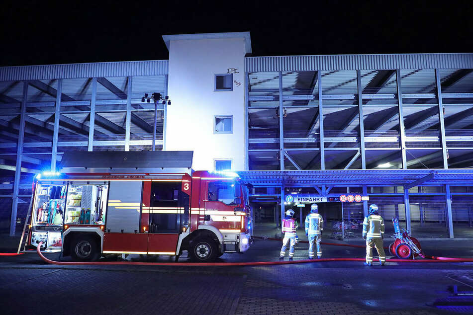 Nächtlicher Einsatz für Dresdens Feuerwehrleute: Im Parkhaus stand ein Wagen in Flammen!