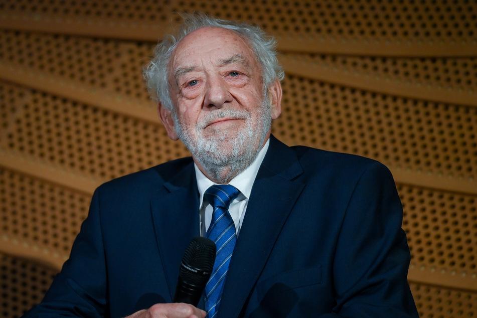 Der Schauspieler Dieter Hallervorden (85) geht gegen Theaterschließungen in der Corona-Krise vor.