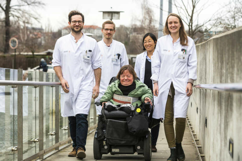 Die USE-Ärzte André Heinen (34, v.l.), Clemens Kastl (30), Patientin Annett Heinich (50), Min-Ae Lee-Kirsch (52) und Julia Körholz (26).