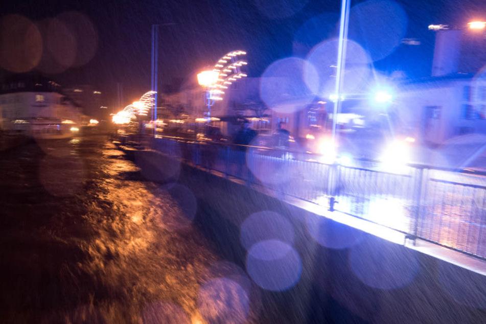 Der Fluss Alb. hat sich durch langanhaltende Regenfälle und Schneeschmelzen in einen reißenden Strom verwandelt.