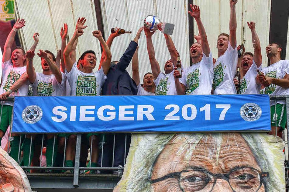Aufstiegsfeier der Oberliga-Helden der BSG Chemie Leipzig: Nach dem sportlichen Aufstieg hat der Leutzscher Verein nun auch die Lizenz für die Regionalliga erhalten.