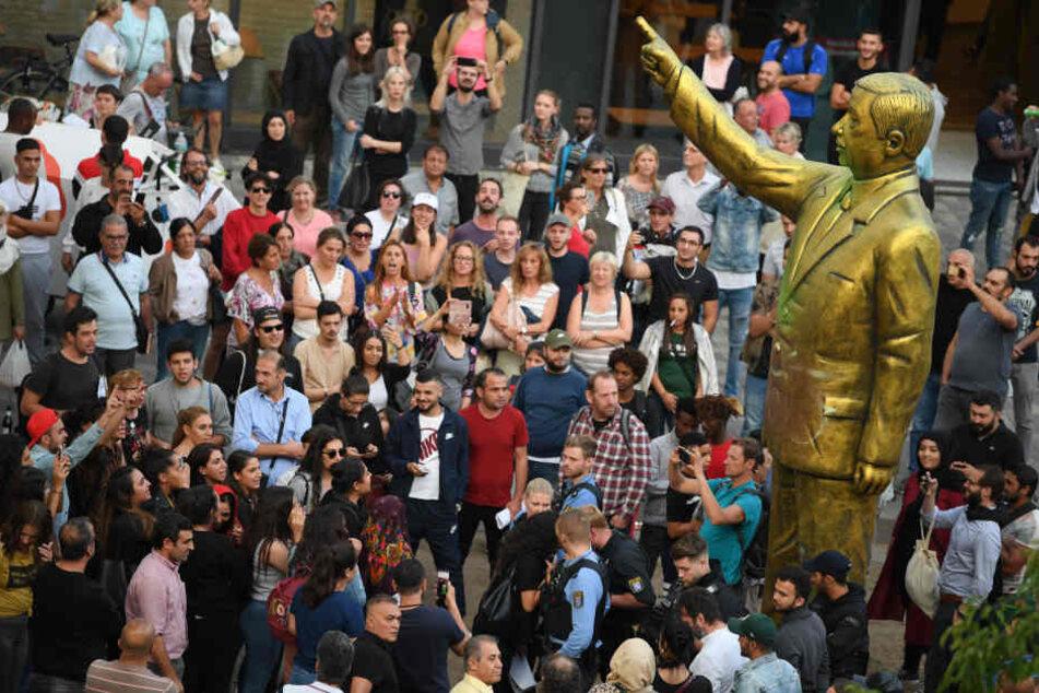Vor der Statue von Erdogan in Wiesbaden versammelten sich Anhänger und Gegner.