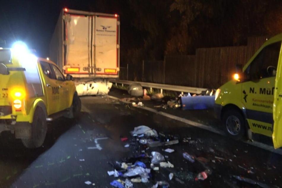 Kleintransporter kracht auf A3 gegen 40-Tonner: Fahrer lebensgefährlich verletzt
