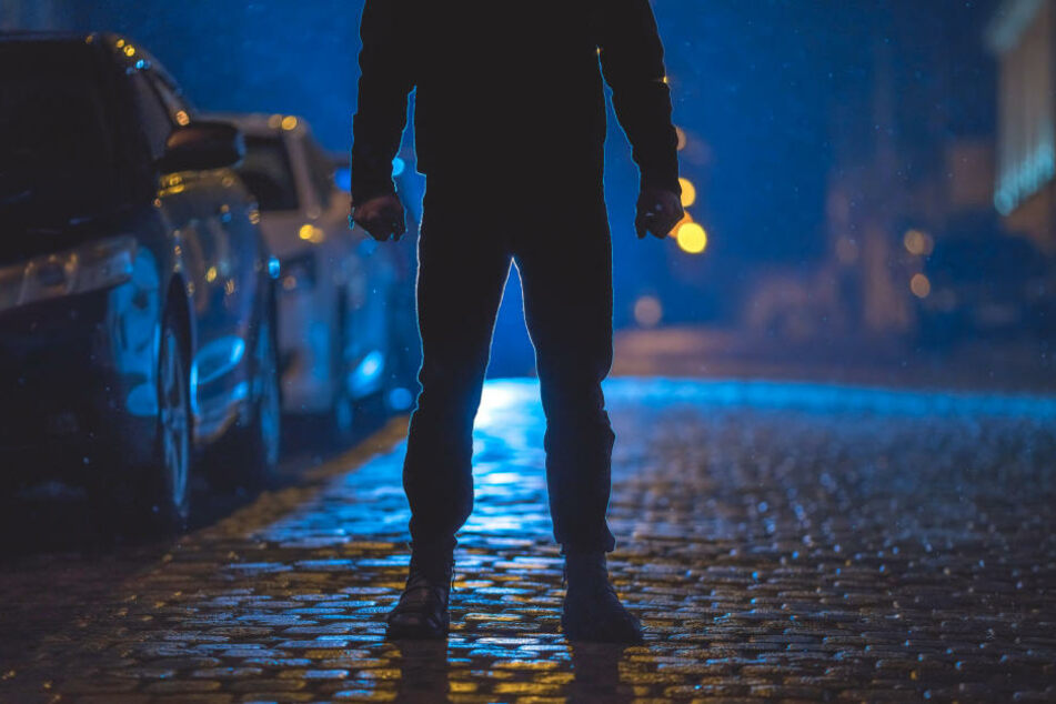 Komplett dunkel gekleidet, habe der Unbekannte dem Rentner aufgelauert und wollte sein Auto stehlen. (Symbolbild)