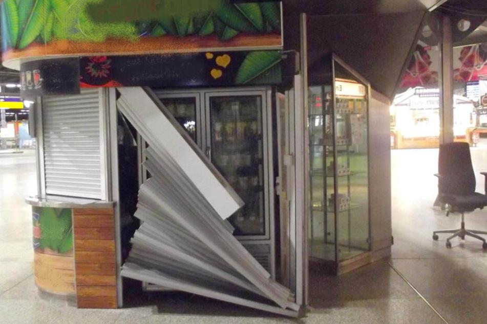 Die Jalousie des Standes am Hauptbahnhof München wurde beschädigt.