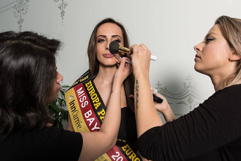 """Miss Bayern"" Jennifer Rottmeier wird vor dem Shooting nochmal abgepudert."