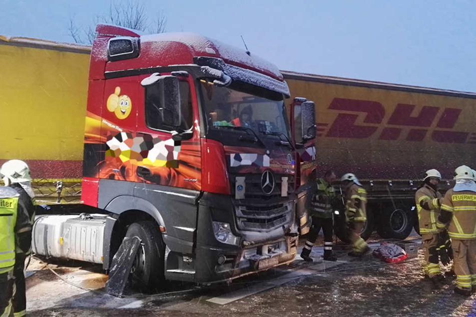 Der Lkw muss nun abgeschleppt werden.