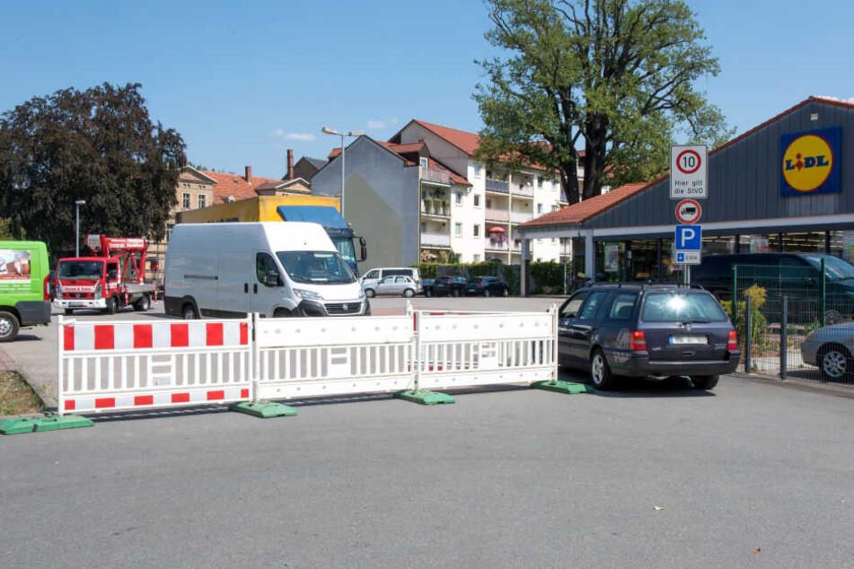 Eigentlich ist der Frankenberger Lidl-Parkplatz auf einer Seite gesperrt. Einige Autofahrer interessiert das nicht. Sie nutzen den Parkplatz weiterhin als Schleichweg.