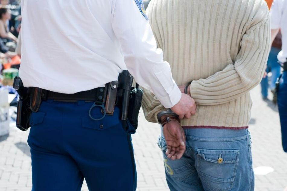 Räuber bedroht Kassiererin, kurz darauf steht die Polizei vor seiner Tür