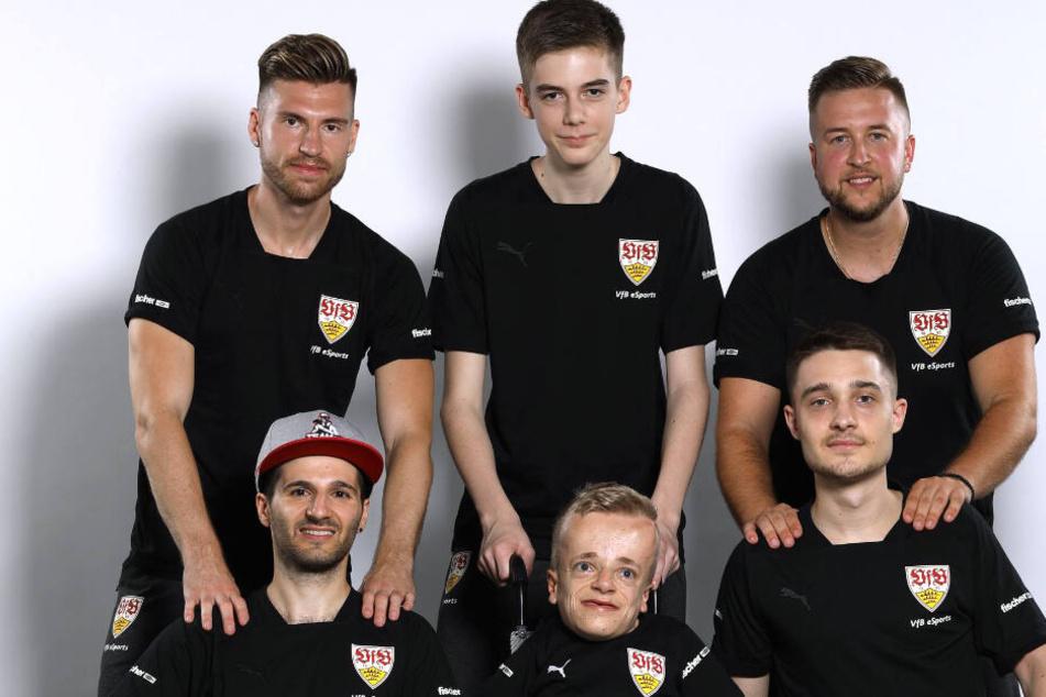 Aus dem Kader des VfB Stuttgart eSports werden Erhan Kayman (unten links im Bild) und Marcel Lutz (unten rechts) im letzten Saisonspiel gegen Holstein Kiel antreten.