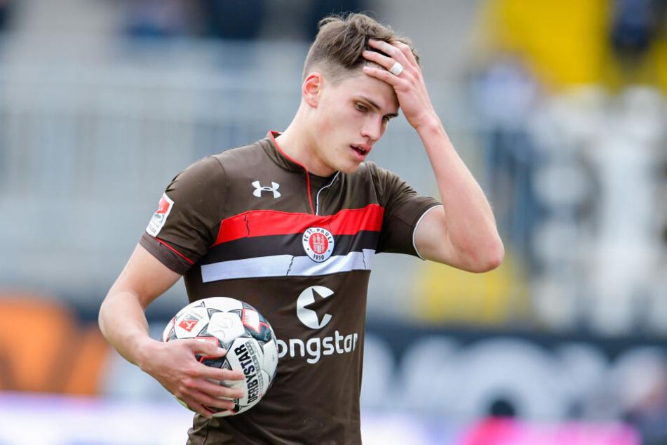 St. Paulis Luca Zander steht mit dem Spielball auf dem Spielfeld im Hardtwaldstadion.