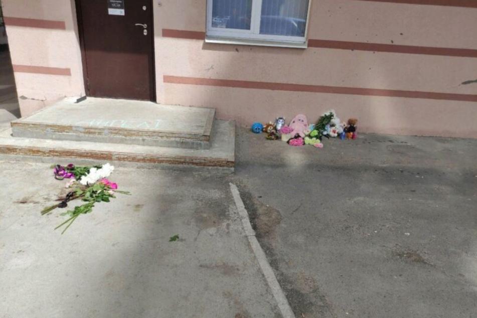 Blumen wurden an der Stelle abgelegt, an der das Kleinkind starb.