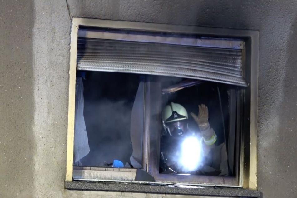 Mit Atemschutz drangen die Einsatzkräfte in das Haus vor.