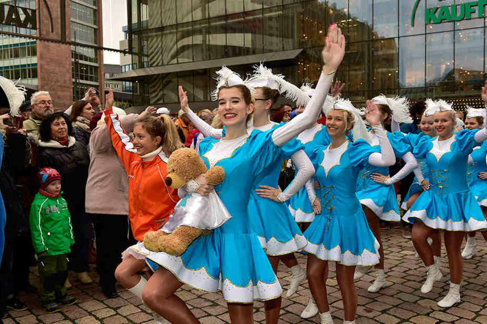 Hoch die Beine und Arme zum Helau: Gardetänzerinnen machten Stimmung zum Karnevalsauftakt in Chemnitz.