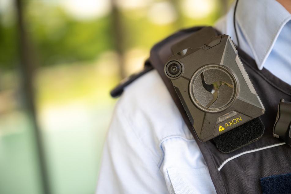 Ein Polizeibeamter trägt eine Bodycam. Die Thüringer CDU-Landtagsfraktion fordert den Einsatz dieser Kameras für die gesamte Thüringer Polizei. (Symbolbild)