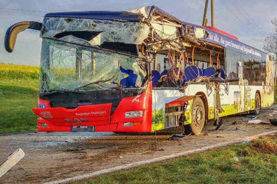 Holzlaster kracht in Gegenverkehr: Busfahrer stirbt