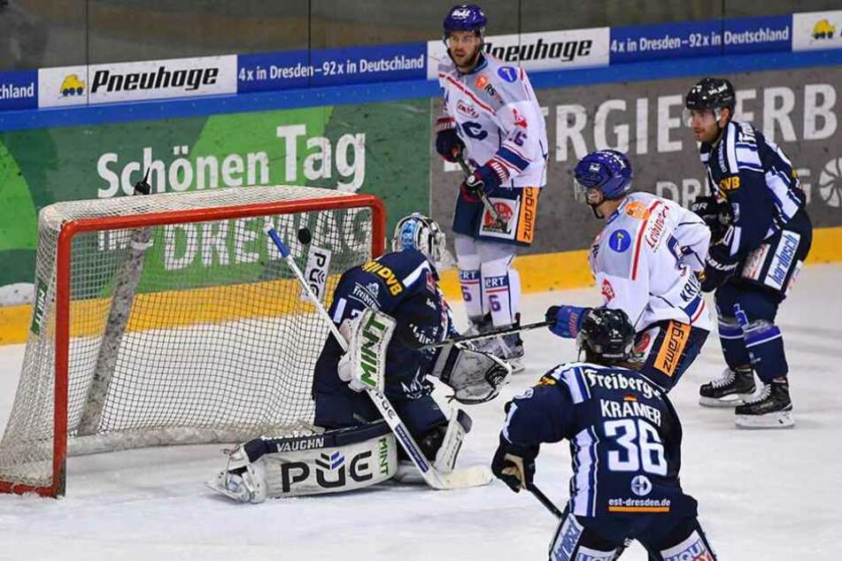 Ex-Eislöwe Arturs Kruminsch (Ravensburg) trifft gegen Goalie Marco Eisenhut (31).