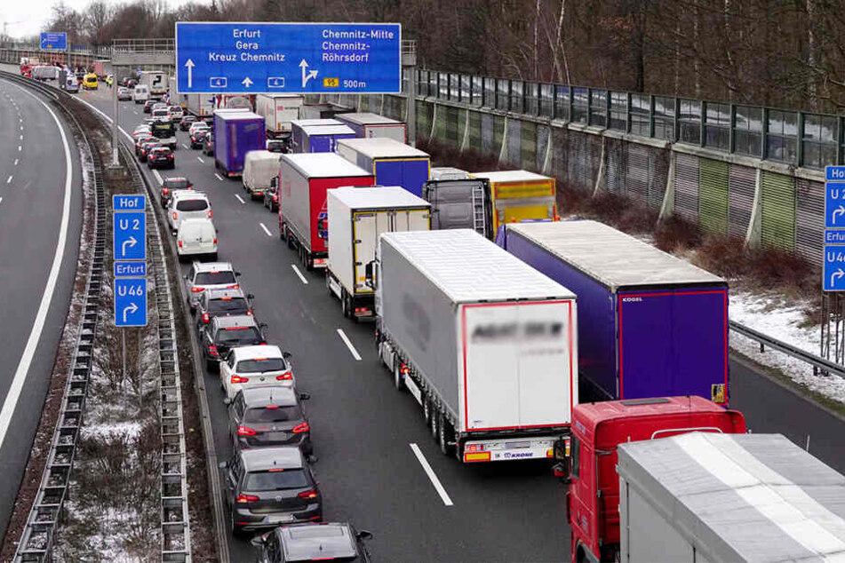 Crash auf A4 mit vier Verletzten: Kilometerlanger Stau